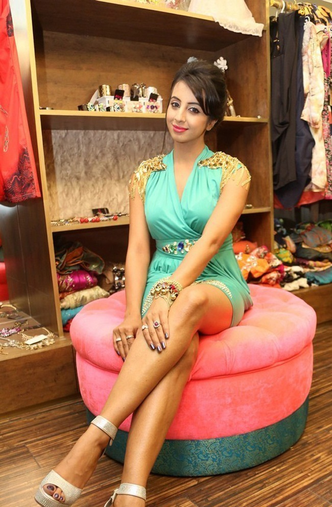 Sanjjanaa Archana Galrani Spicy Images In Short Cloths