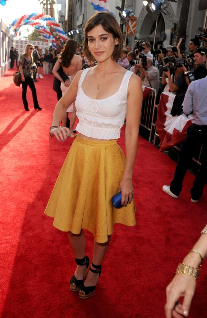 Lizzy Caplan Photos At Award Show