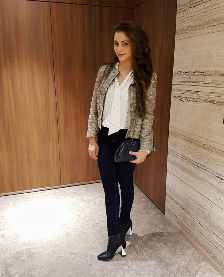 Aamna Sharif Hot & Sexy Images In Jeans Top