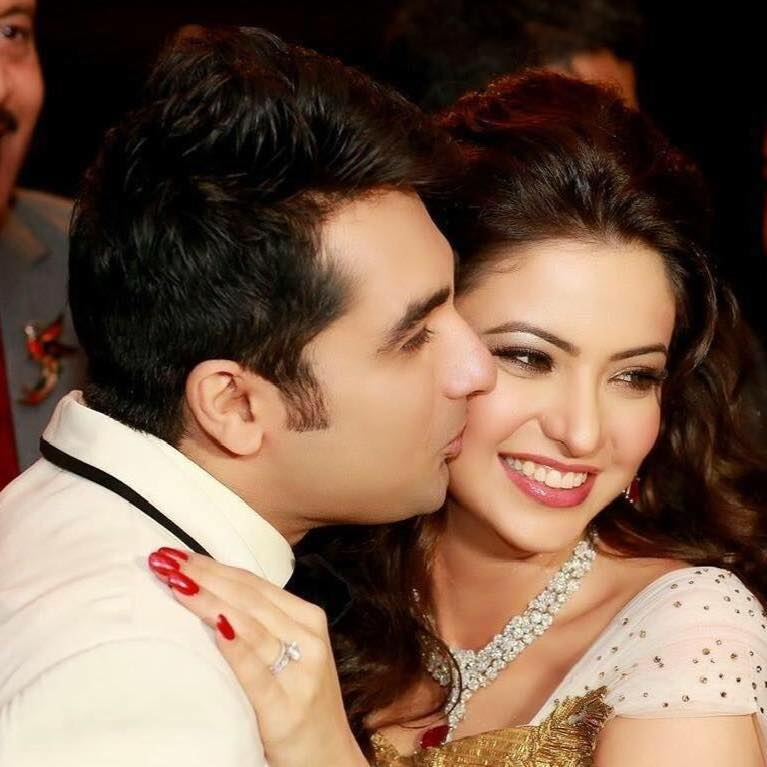Aamna Sharif Kissing With His Husband Pics