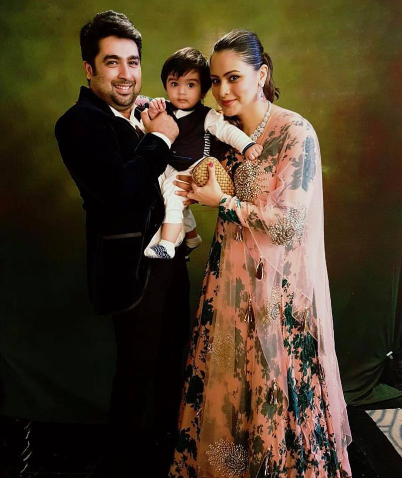 Aamna Sharif Lovely Images With His Husband And Son