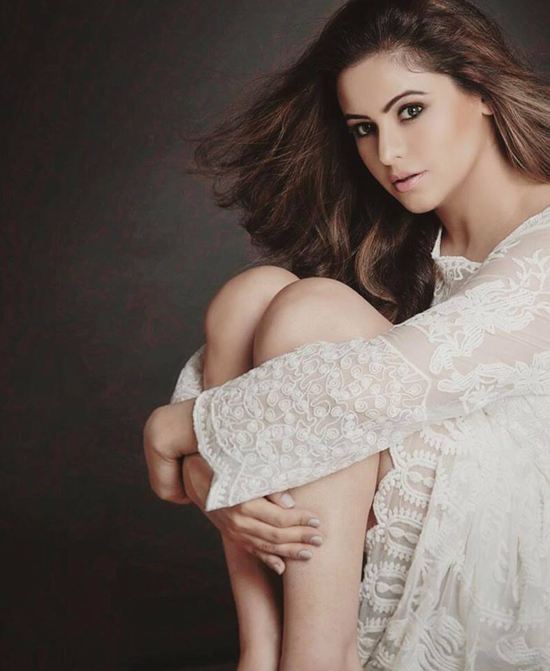 Aamna Sharif Sexy Legs Images
