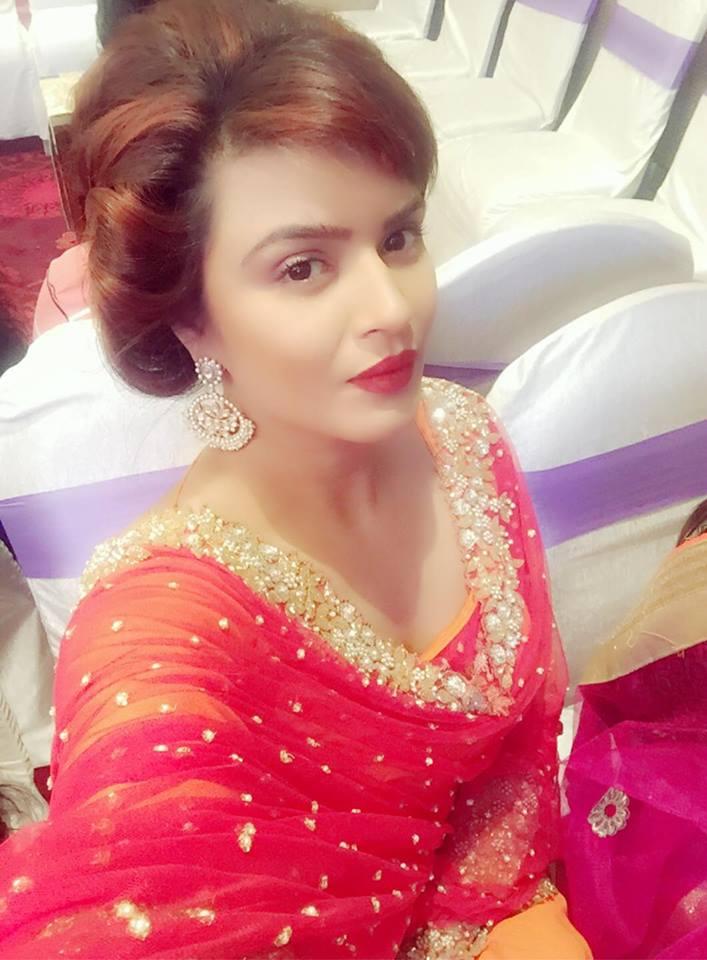 Aashka Goradia Cute Salfie Images HD