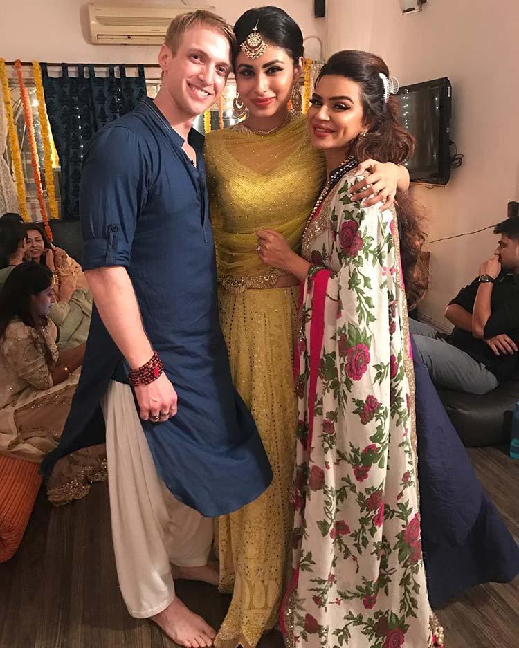 Aashka Goradia Hot Images With Boyfriend And Mouni Roy