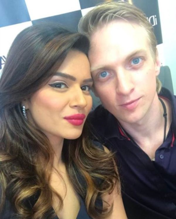 Aashka Goradia Hot Images With Boyfriend Pictures