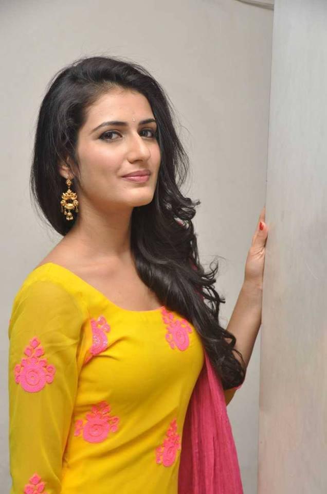 Fatima Sana Shaikh HD Sexy Pictures