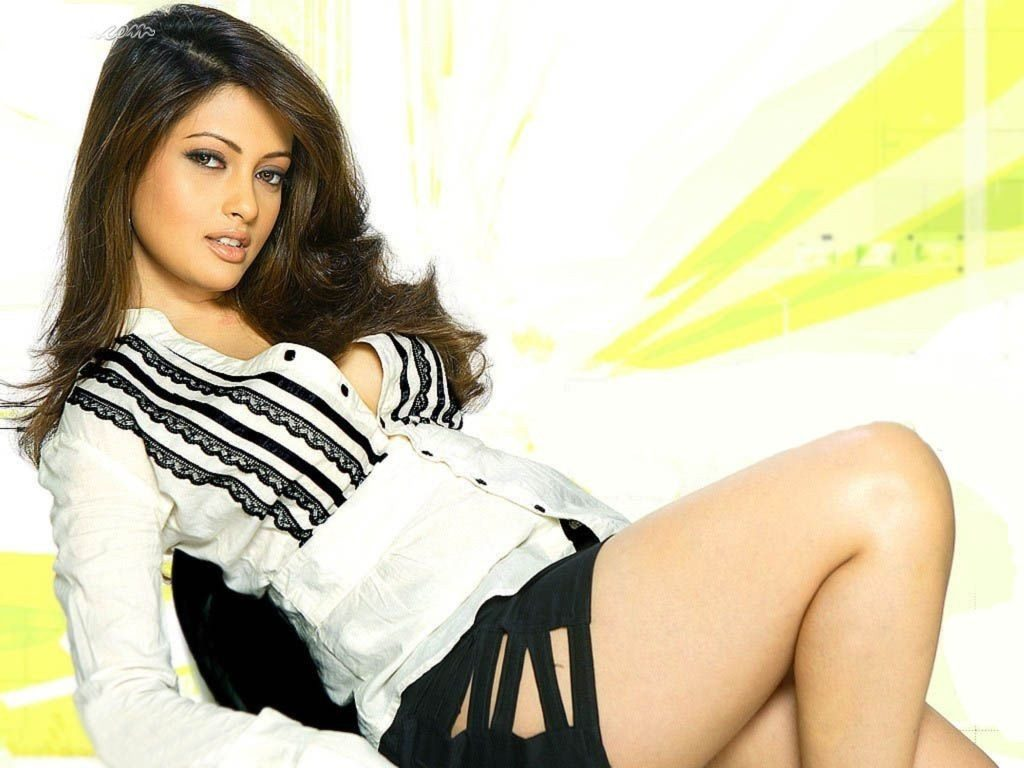 Gorgeous Riya Sen Photos