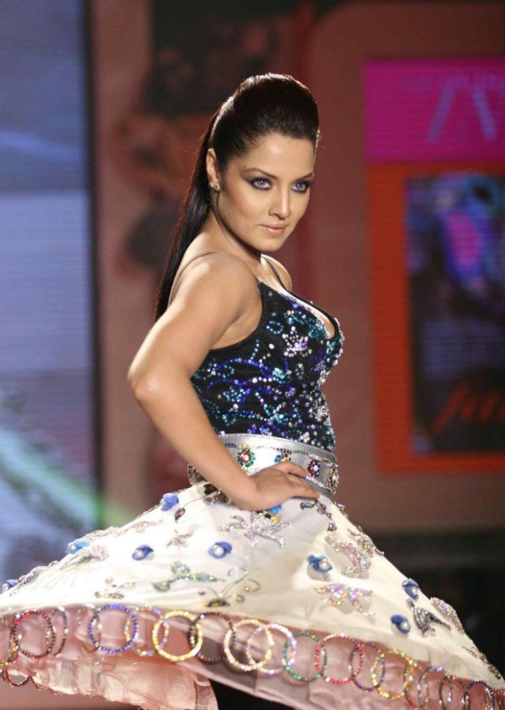 Indian Actress Celina Jaitley Dancing Pics