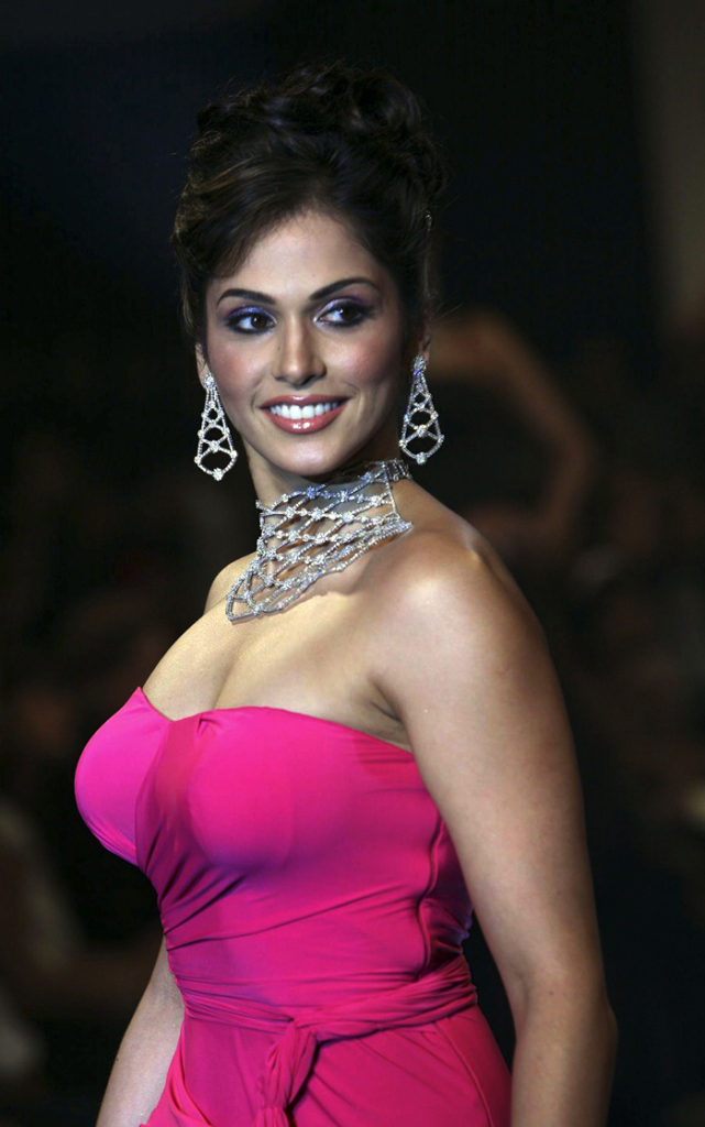 Isha Koppikar Hot Boobs Images