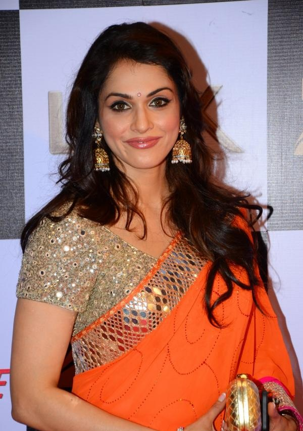 Isha Koppikar Hot In Saree Pics