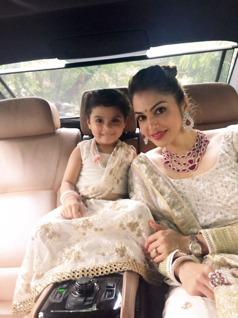 Isha Koppikar With His Daughter Pics