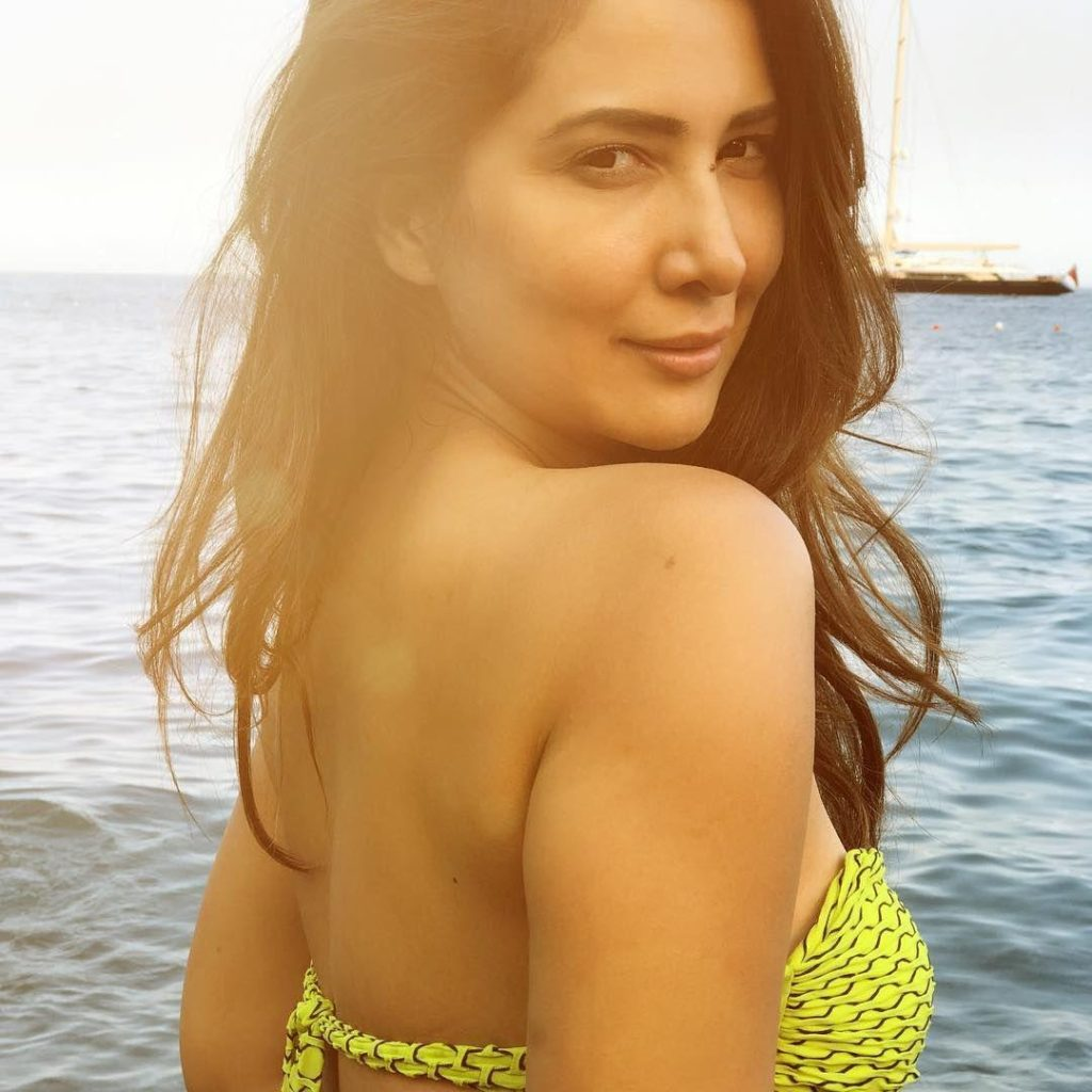 Kim Sharma Hot Backside Backless Images