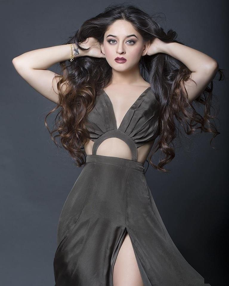 Mahhi Vij Hot Boobs & Navel Photos