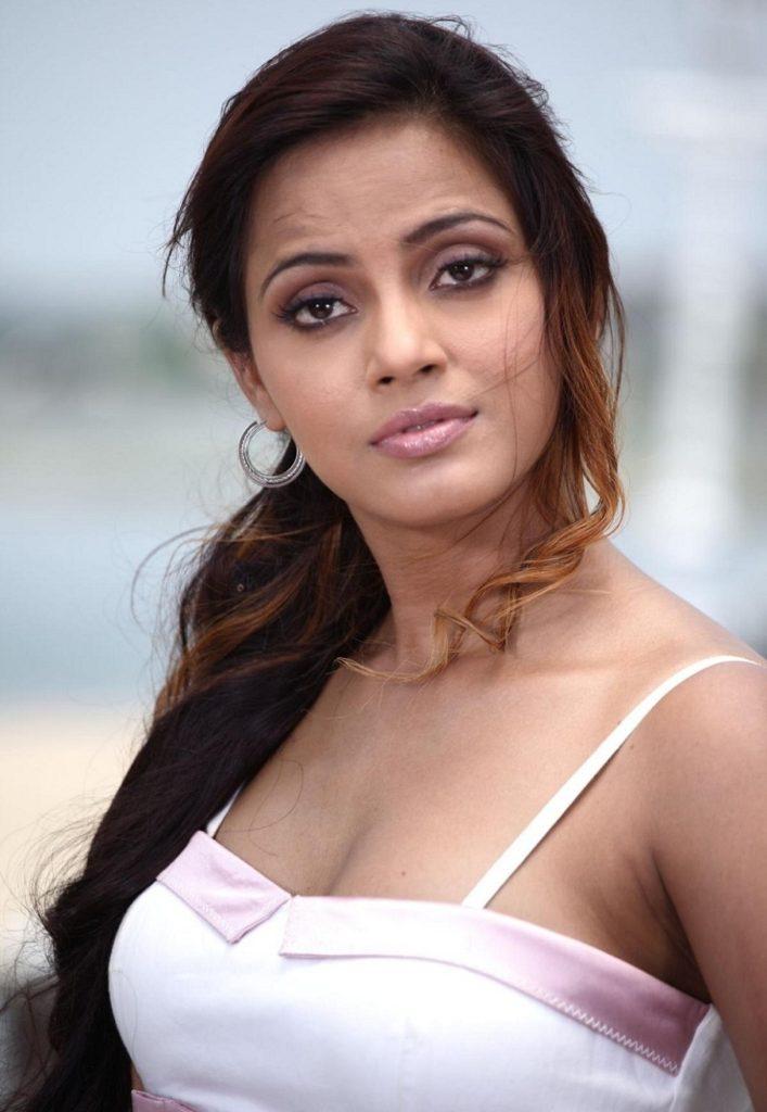Neetu Chandra Cute Images