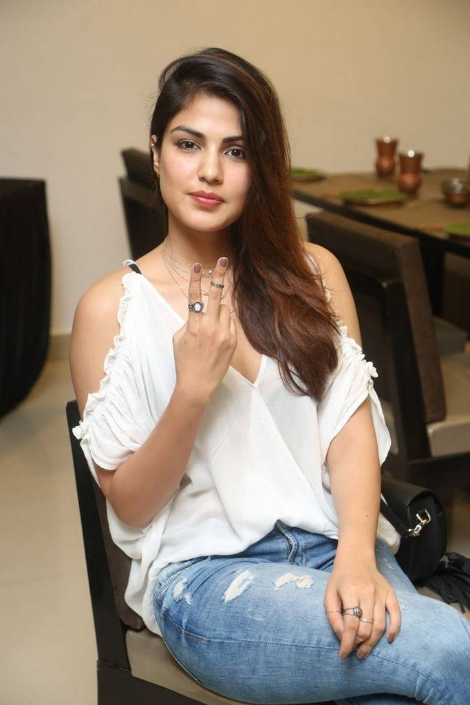 Rhea Chakraborty Cute Pictures HD
