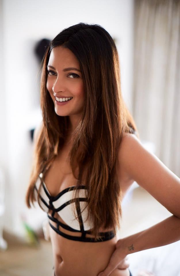 Riya Sen Sexy Navel Pics