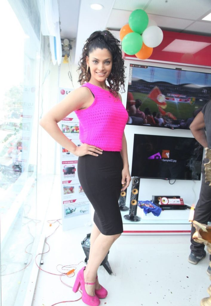 Saiyami Kher Hot Pics In Gym Clothes