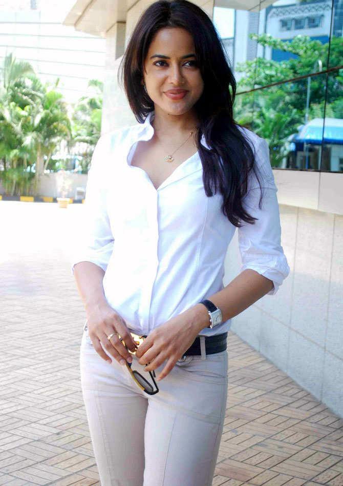 Sameera Reddy Images In Jeans Top