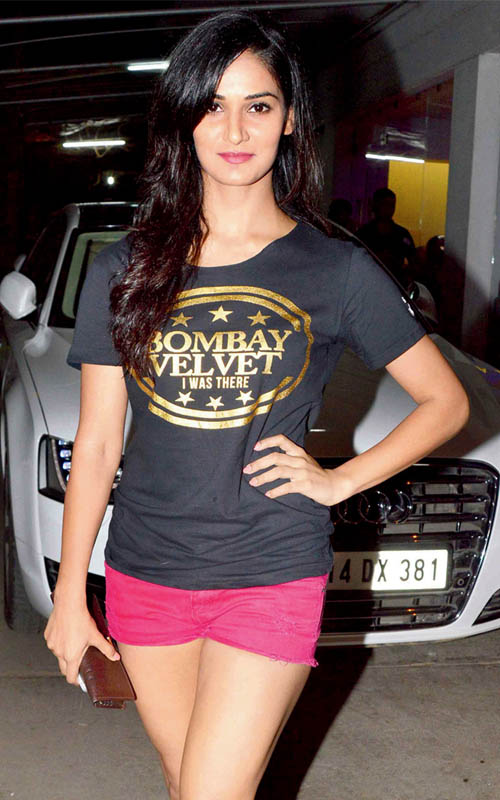 Shakti Mohan Hot Photos In Short Jeans And Top