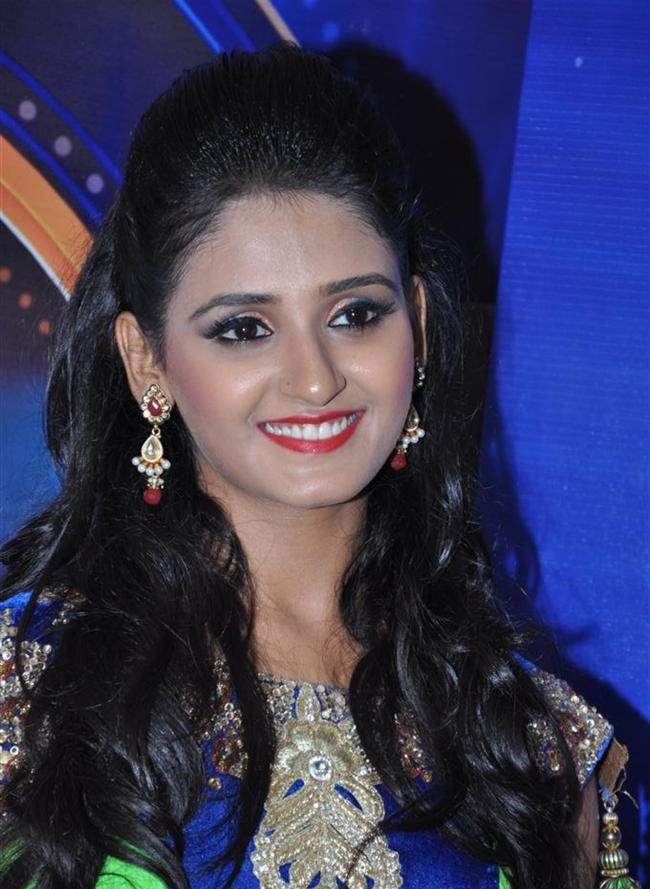 Shakti Mohan Sexy Smile Pictures HD