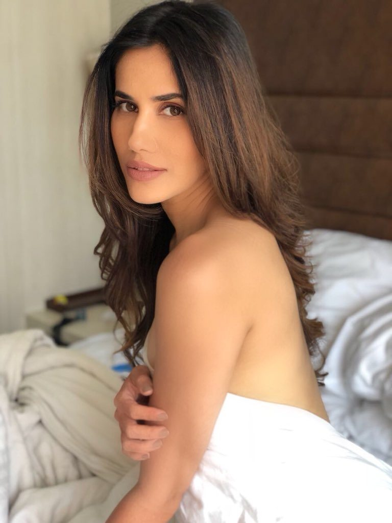 Sonnalli Seygall Hot Look Images In Backless Clothes
