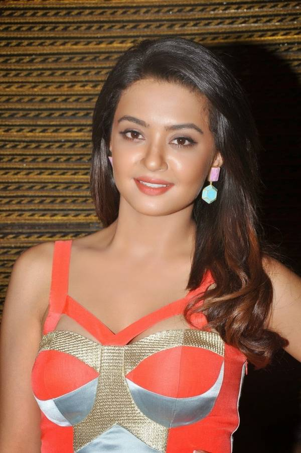 Surveen Chawla HD Wallpapers For Profile Pics