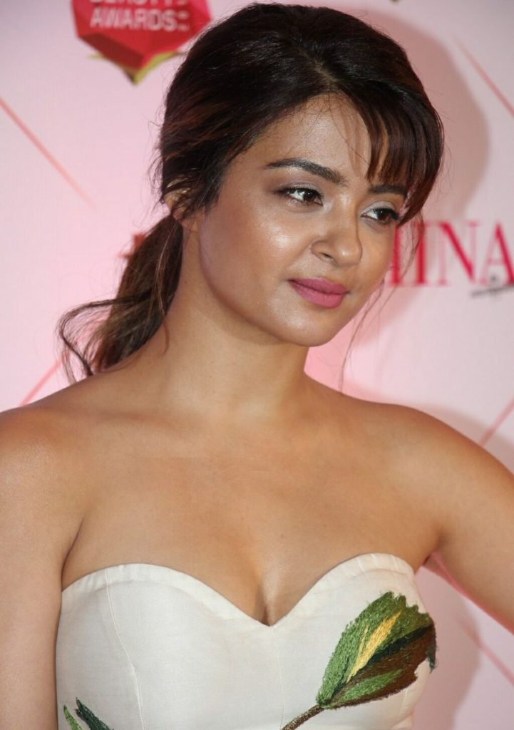 Surveen Chawla Hot Images Without Bra