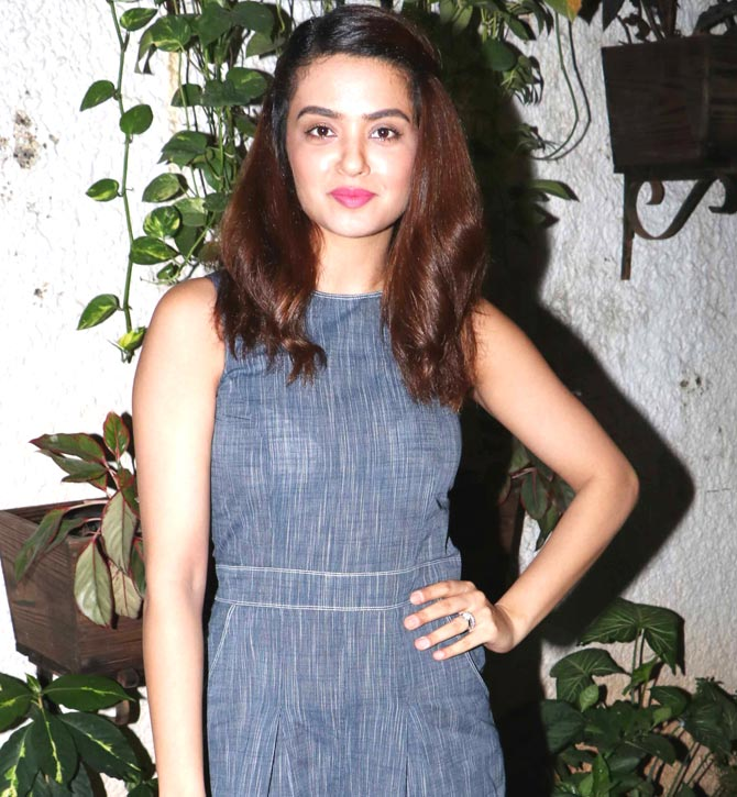 Surveen Chawla Hot Wallpapers