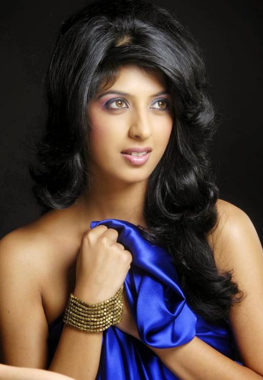 Aishwarya Sakhuja Hot Images In Bikini