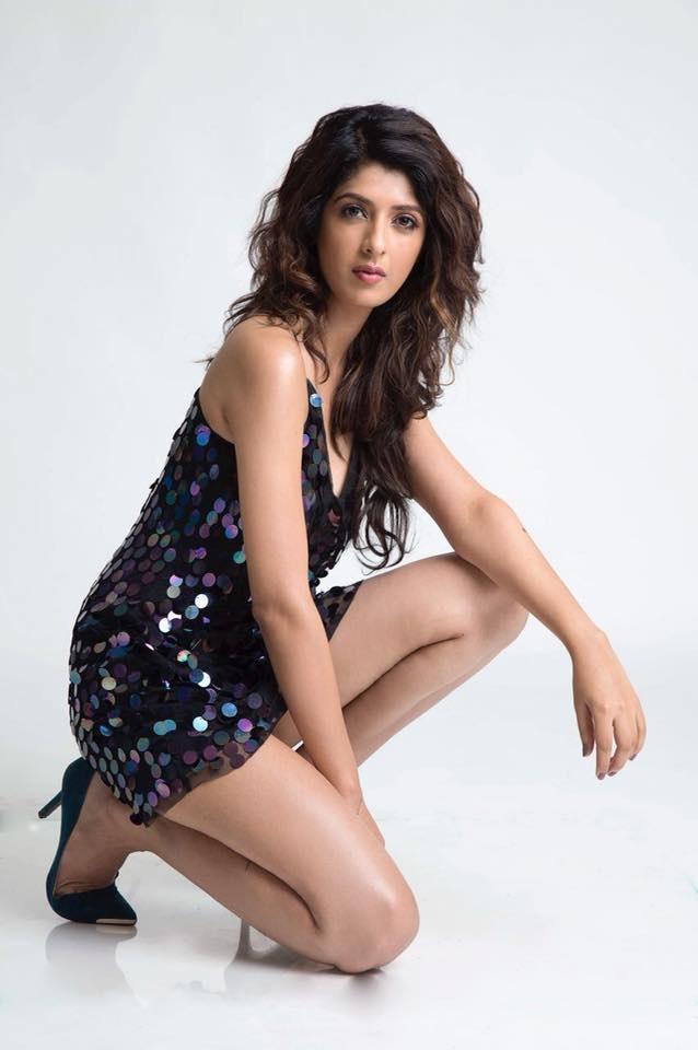 Aishwarya Sakhuja Sexy Thigh Pics
