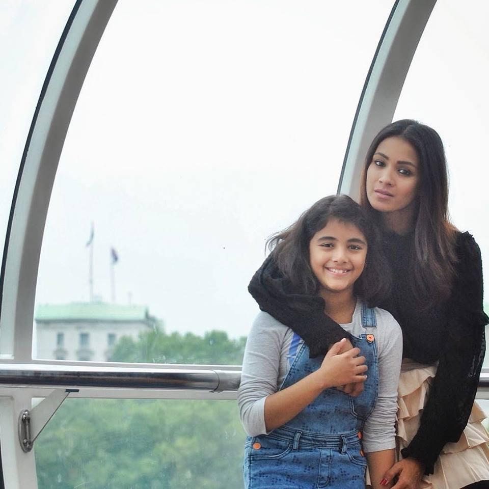 Barkha Bisht HD Pics With Daughter