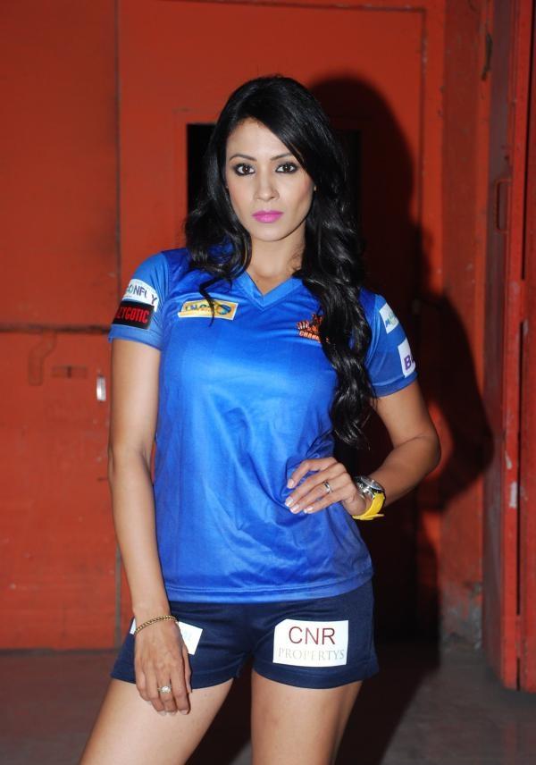 Barkha Bisht Hot Images In Short Jeans
