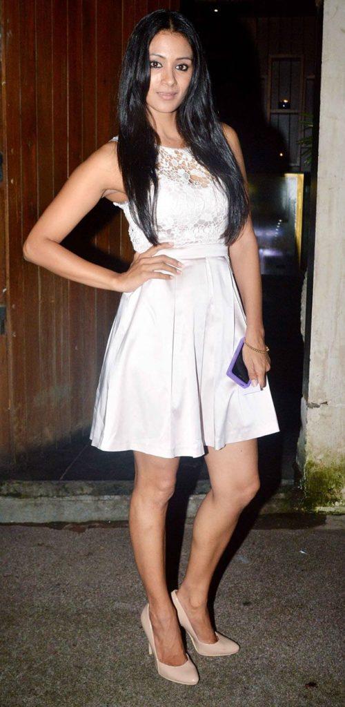 Barkha Bisht Sexy Legs Pics Full HD