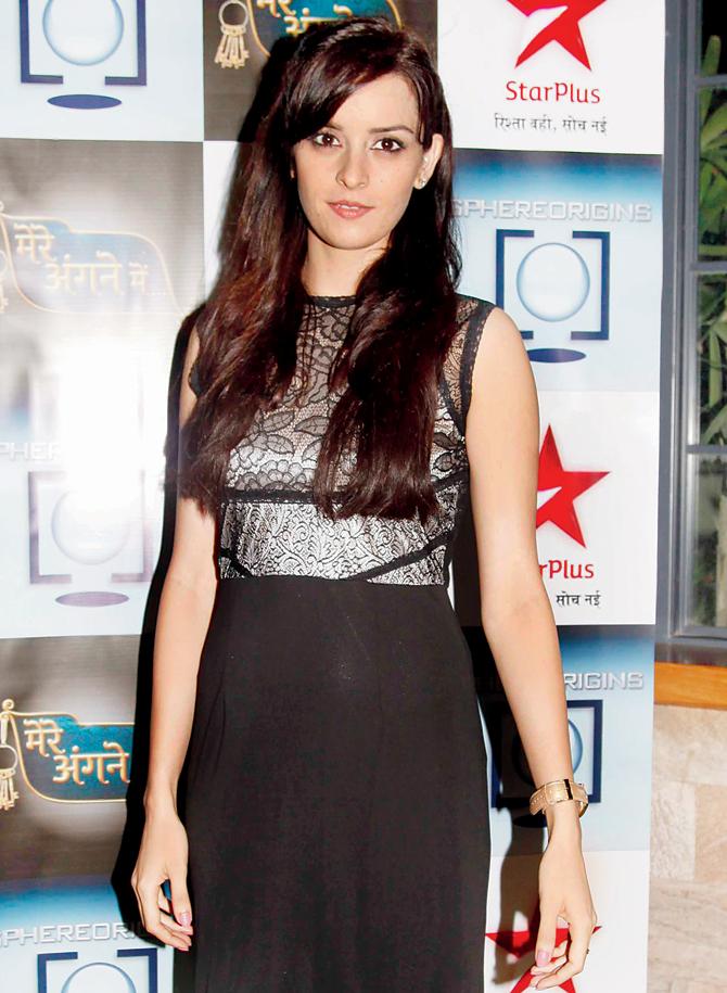 Ekta Kaul HD Pictures In Black Clothes