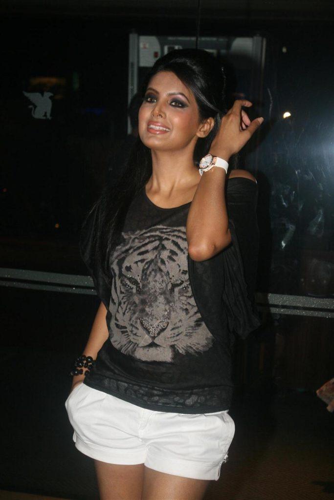 Geeta Basra Sexy Legs Images