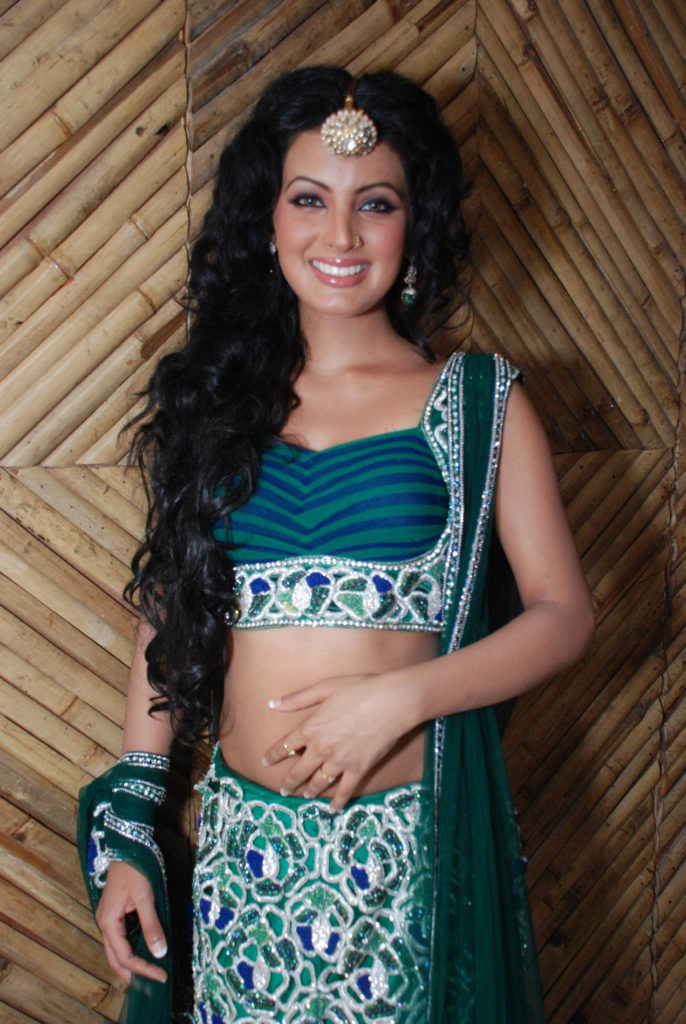 Geeta Basra Spicy Navel Pics In Bra