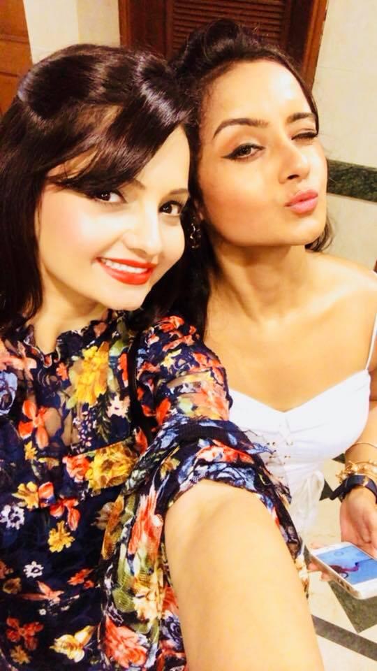 Giaa Manek Cute Selfie Pics With Friend