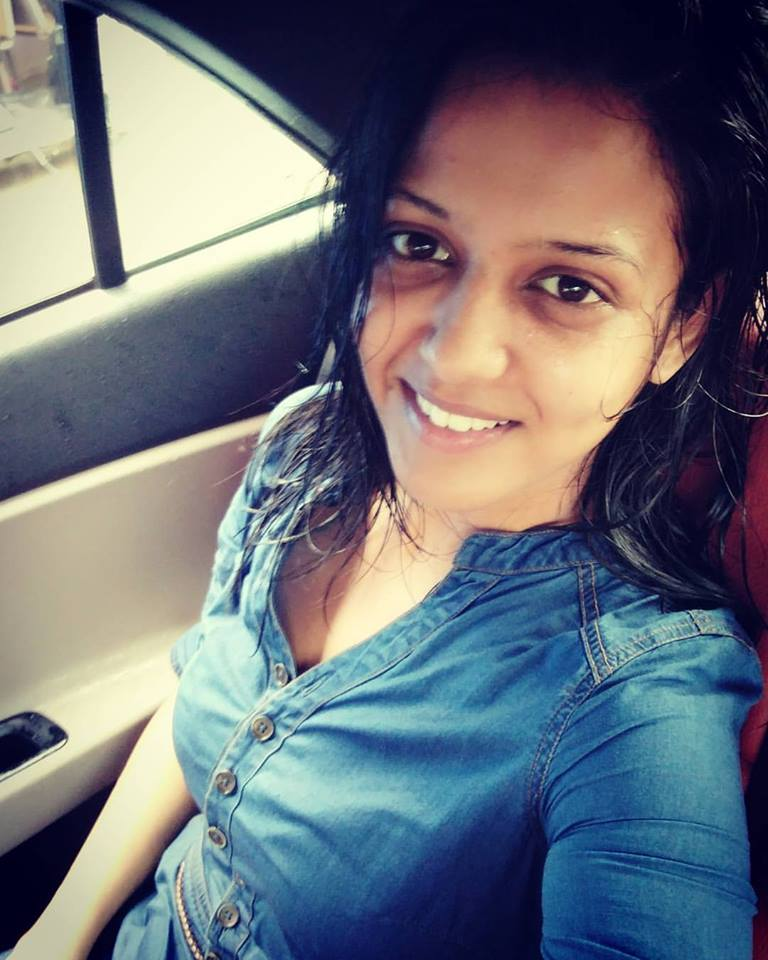 Gulki Joshi New Full HD Selfie Wallpapers