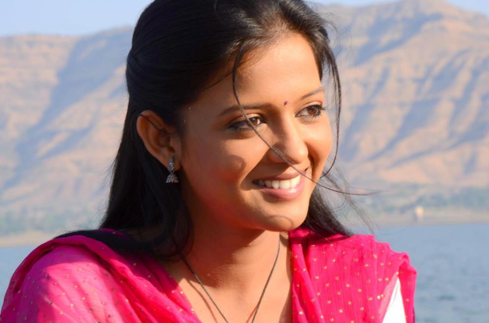 Gulki Joshi Smiling Pics Download