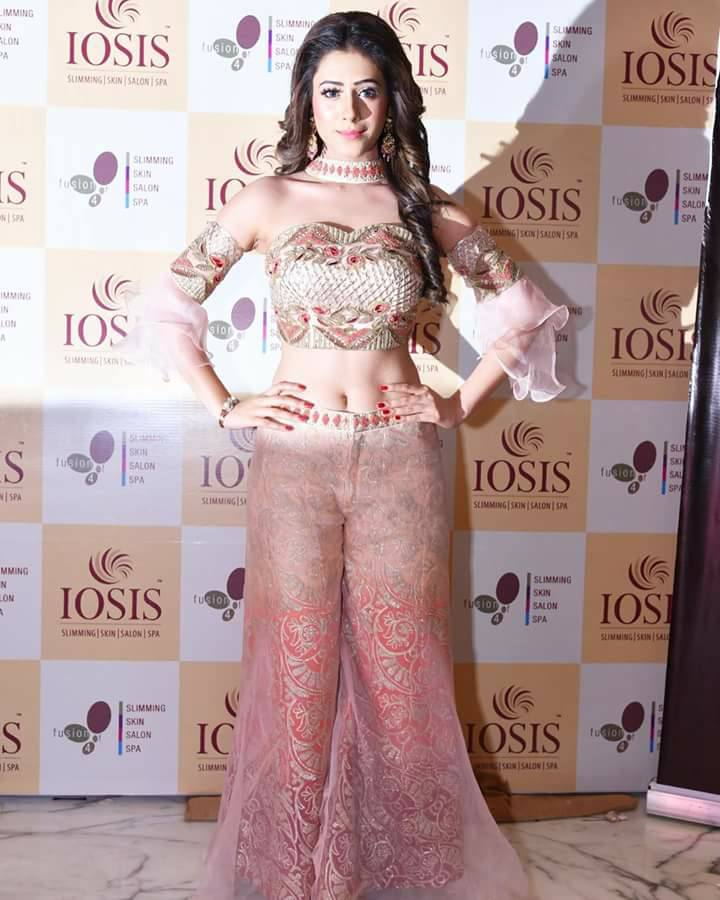 Hiba Nawab Spicy Navel Pics In Jeans Bra