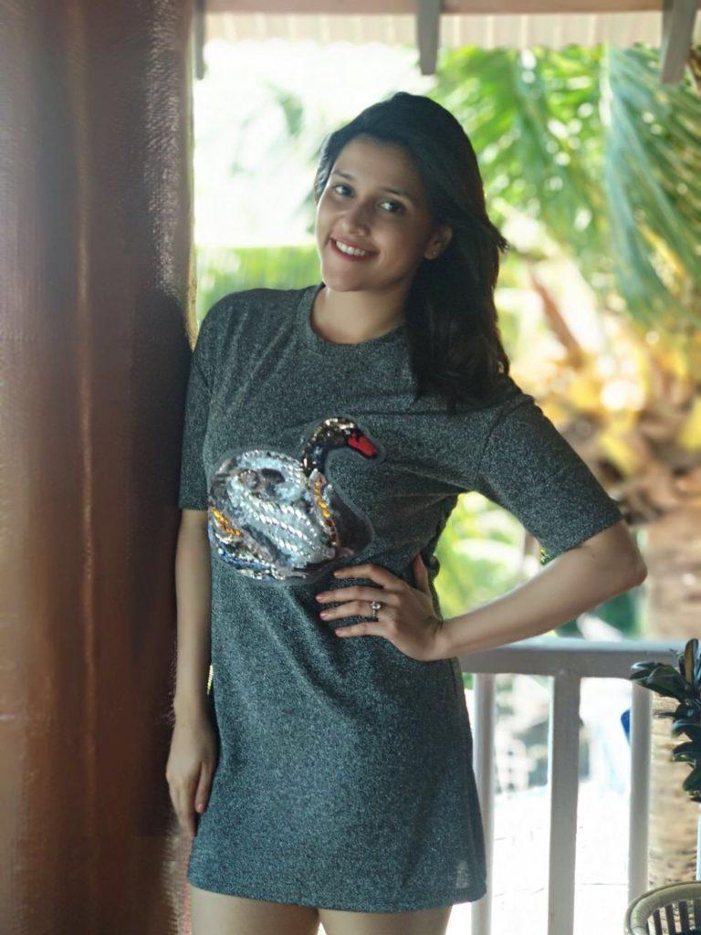 Mannara Chopra HD Pictures In Shorts