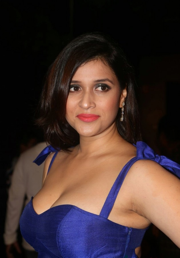 Mannara Chopra HD Sexy Pics