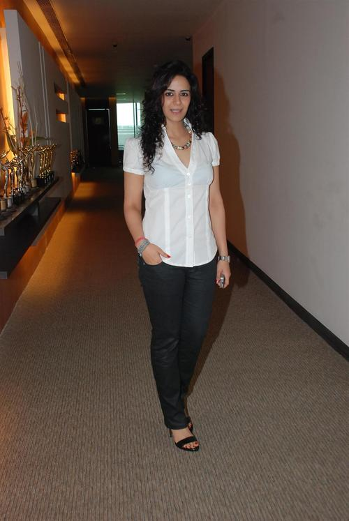 Mona Singh Hot Images In Jeans Top