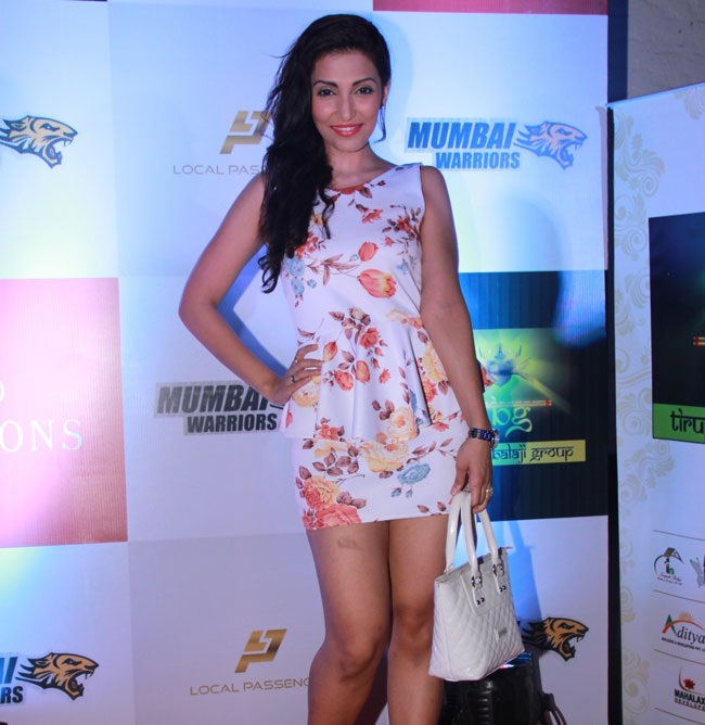 Navina Bole HD Sexy Images Gallery In Shorts