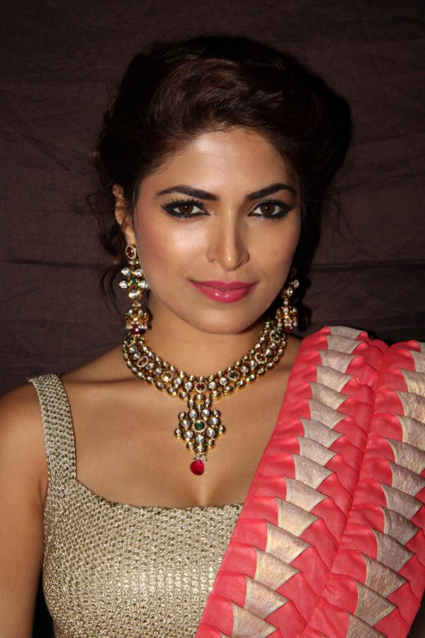 Parvathy Omanakuttan HD Sexy Eyes Pics