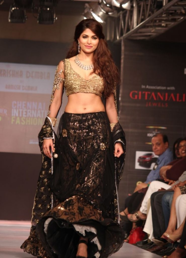 Parvathy Omanakuttan Spicy Navel Pics At Rampwalk