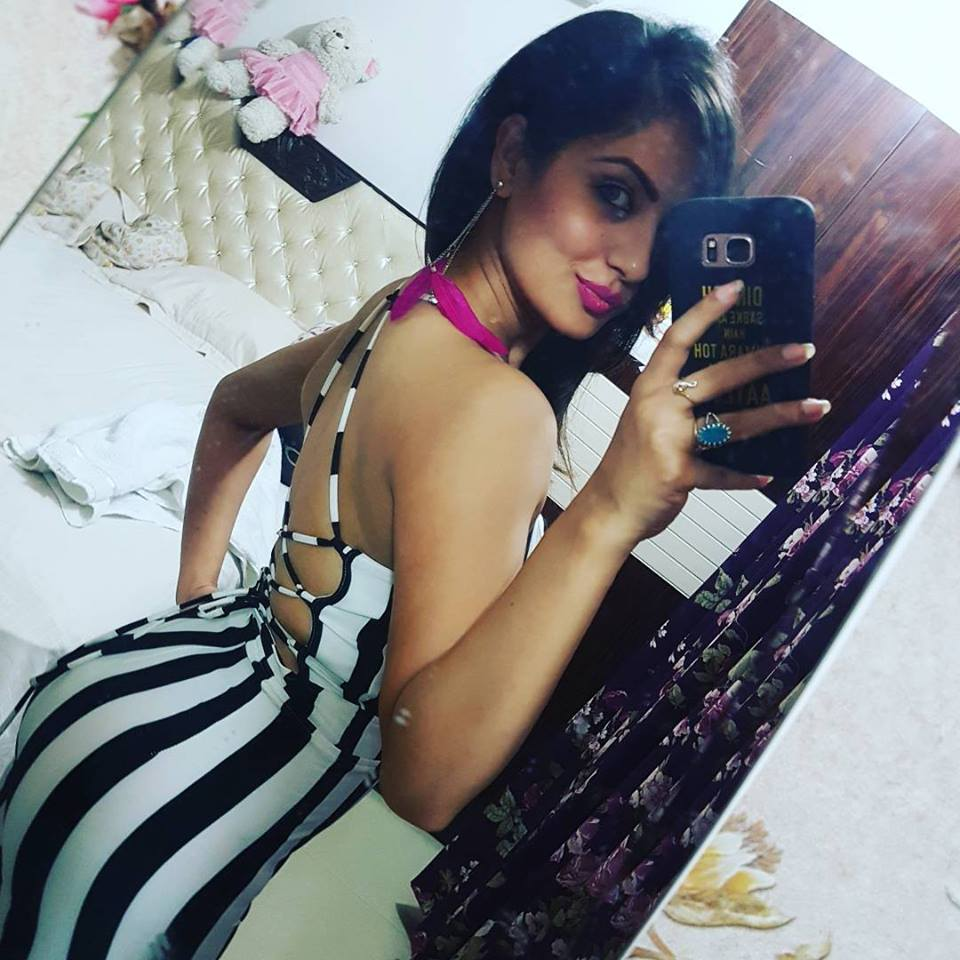 Pooja Bose Hot & Sexy Images In Backless Clothes