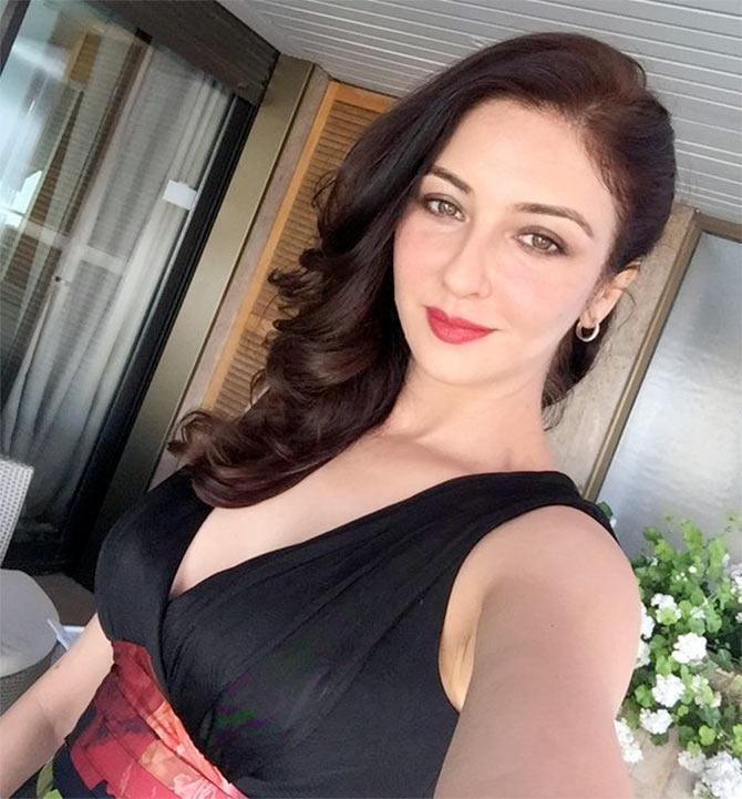 Saumya Tandon Hot & Sexy Selfie Pics