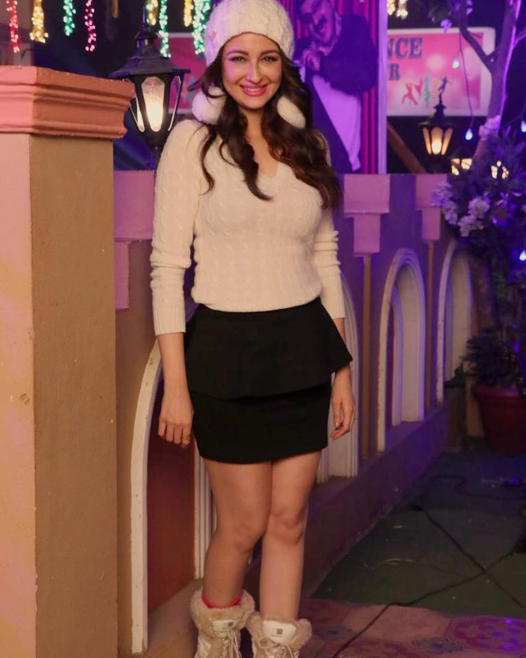Saumya Tandon Hot & Spicy Legs Pics In Shorts