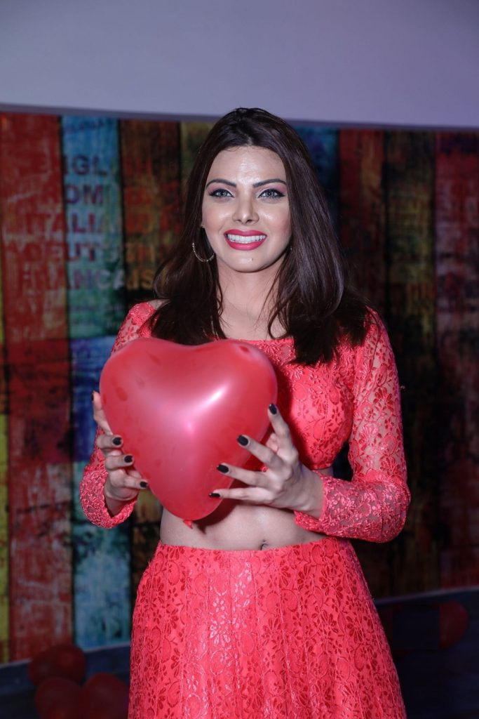 Sherlyn Chopra With Heart Pics HD